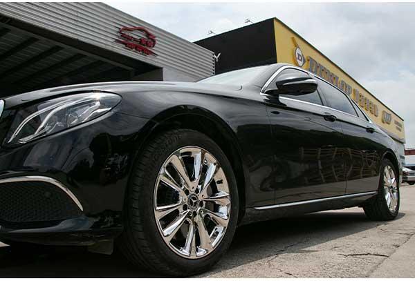 奔驰e300黑色车身轮毂改不同颜色