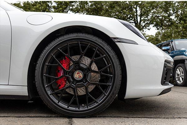 保时捷911轮毂改亮黑卡钳改正红色烤漆